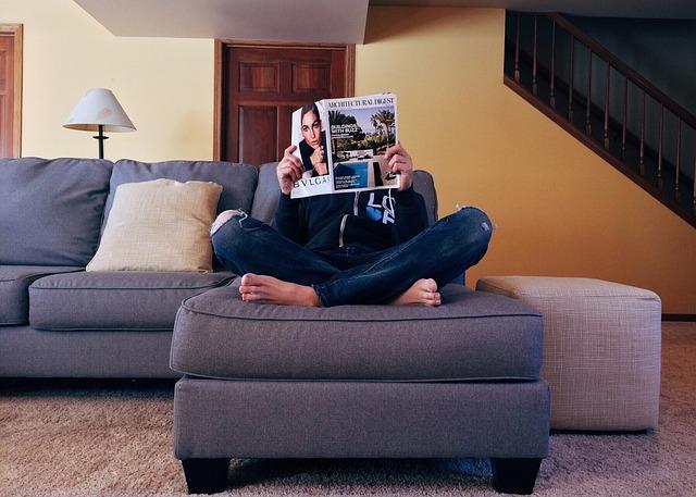 rohová sedačka, člověk, noviny