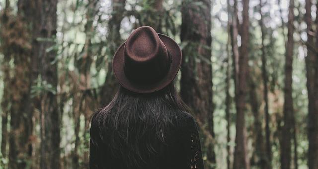 les a žena v klobouku