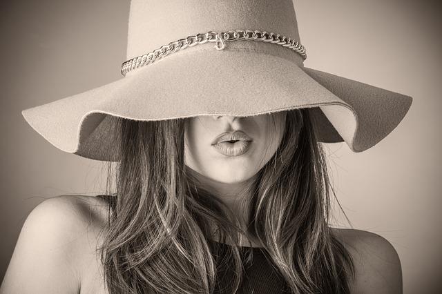 půlka obličeje, klobouk