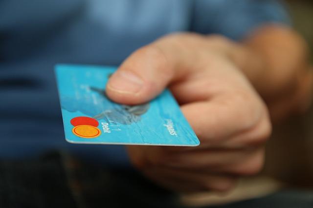 kreditní karta, ruka, muž, modré tričko
