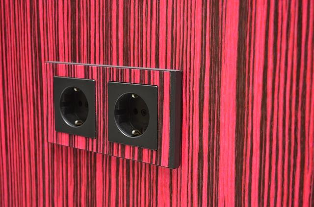 zásuvky na červeno černě pruhované stěně
