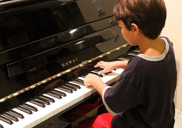 dítě u klavíru