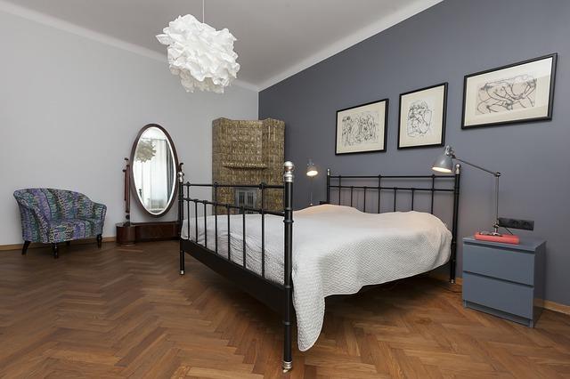 ložnice se železnou postelí