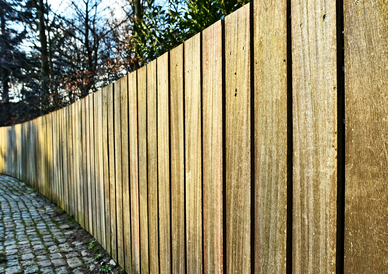 laťkový dřevěný plot